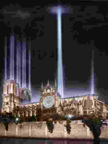 Agência parisiense Shortcut opta por substituir toda a estrutura por canhões de luz em direção ao céu - Shortcut/Instagram