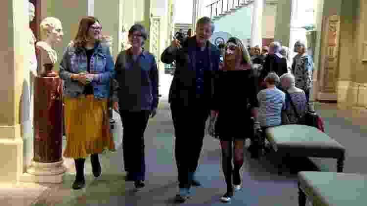 O ator e ativista LGBT Stephen Fry se encontrou com pessoas intersexuais para ouvir sobre a causa - BBC