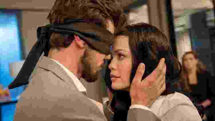 """Rafael (Bruno Ferrari) e Kyra (Vitória Strada) se beijam em cena de """"Salve-se Quem Puder"""" - TV Globo/Camilla Maia - TV Globo/Camilla Maia"""
