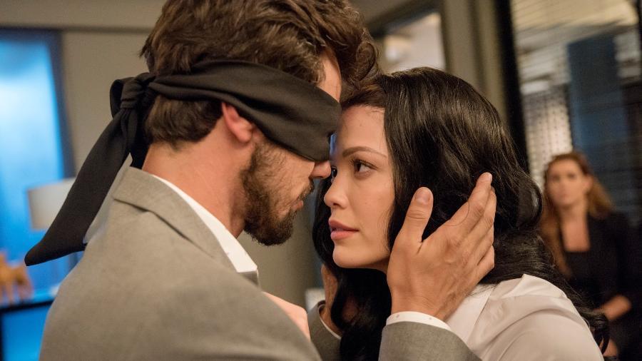 """Rafael (Bruno Ferrari) e Kyra (Vitória Strada) se beijam em cena de """"Salve-se Quem Puder"""" - TV Globo/Camilla Maia"""