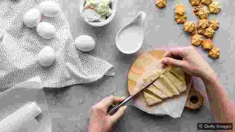 Uma colher de sopa de manteiga tem 7g de gordura saturada ?mas se for substituída por açúcar ou farinha, o efeito na saúde pode ser ainda pior - Getty Images - Getty Images