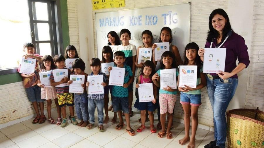 Professora Elisângela Surui e seus alunos, em Cacoal (RO) - Thiago Flor/ Nova Escola