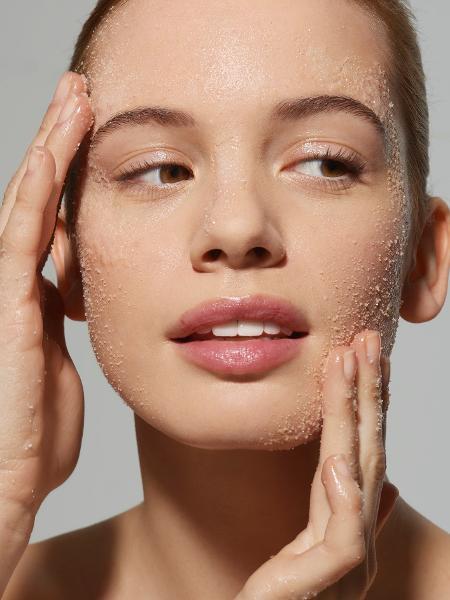 Esfoliação em excesso pode sensibilizar o rosto - Getty Images