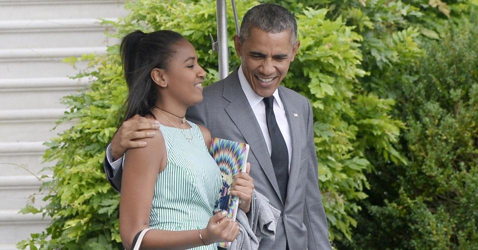 17.jul.2015 - O presidente norte-americano Barack Obama deixa a Casa Branca com sua filha Sasha