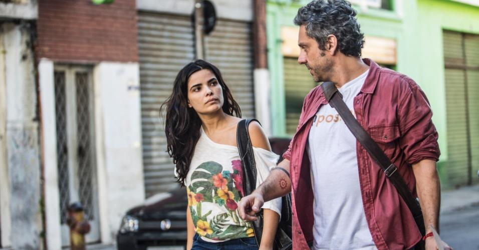 Romero ( Alexandre Nero ) diz para Tóia ( Vanessa Giácomo ) que ela não deveria ter sido presa. Apesar de ser honesta e trabalhadora, ela não foi presa injustamente