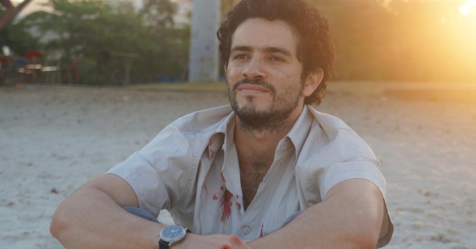 """Vinícius de Oliveira é João da Cruz Forte, taxista com poderes místicos, na série """"Santo Forte"""", do AXN"""