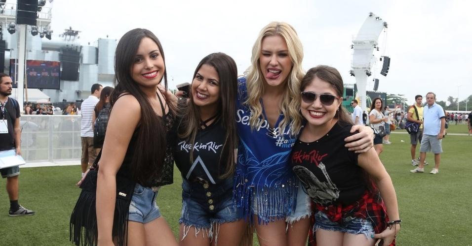 20.set.2015 - No Rock in Rio como repórter de uma marca, Fiorella Mattheis posa com fãs na plateia do terceiro dia de festival