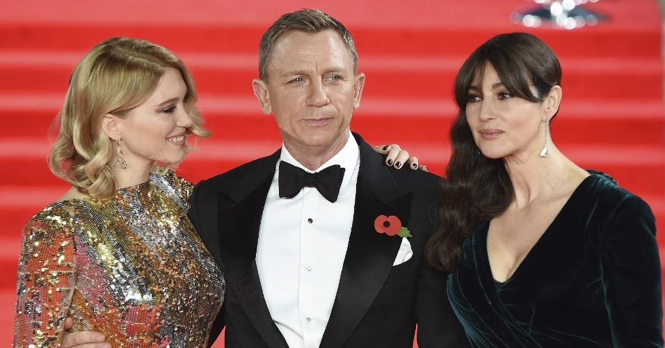 26.out.2015 - Daniel Craig posa com as bondgirls Lea Seydoux e Monica Bellucci no tapete vermelho da estreia mundial de