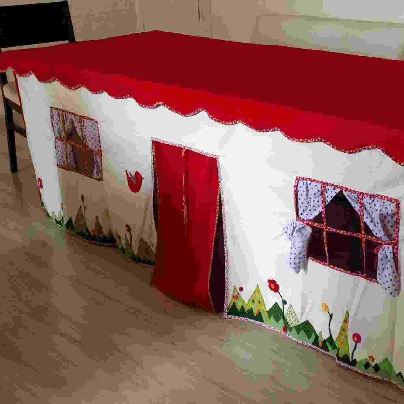 Toalha de mesa-cabaninha, da Bitôô Ateliê. A peça, criada artesenalmente, é feita com tecido resistente e sob medida para se adequar a mesa desejada. Além disso, todos os detalhes ?porta, janelas, cortinas e etc.?são personalizáveis. Os preços variam de acordo com o tamanho da mesa e vão de R$ 260 a R$ 430. O produto pode ser encontrado na feira Baby Bum Pocket (http://babybumpocket.com.br/sao-paulo), que acontece de 30 de novembro a 3 de dezembro de 2015, em São Paulo - Divulgação