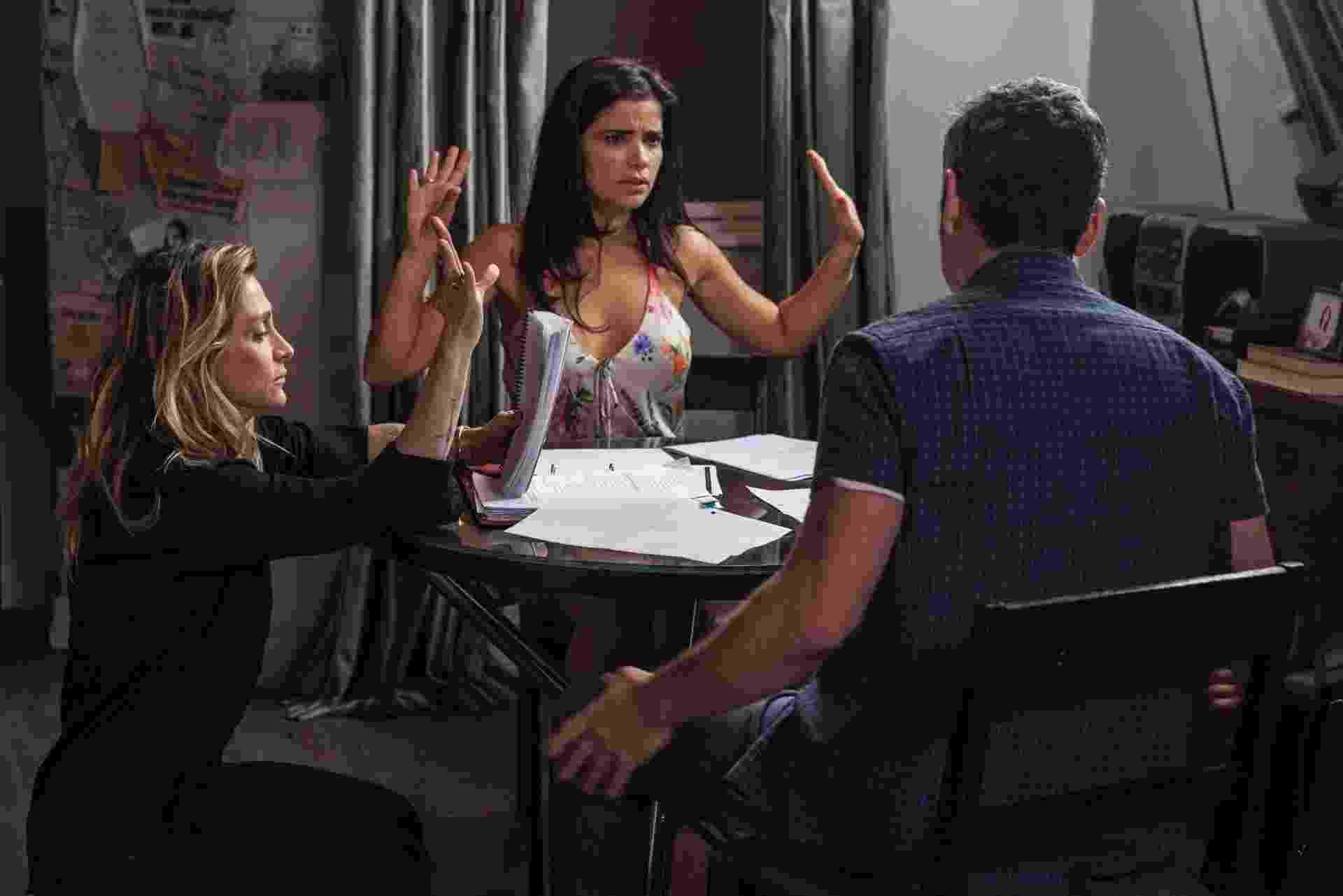 """7.jan.2015 - Amora Mautner passa a cena com Vanessa Giácomo e Alexandre Nero, no apartamento de Romero de """"A Regra do Jogo"""" - Pedro Curi/Globo"""
