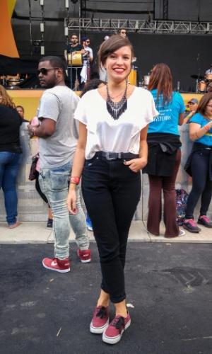 23.jan.2016 - A publicitária Larissa Ferreira, 26, escolheu um look preto e branco, com um colar combinando, para curtir a noite no CarnaUOL, que acontece no Urban Stage, em São Paulo.