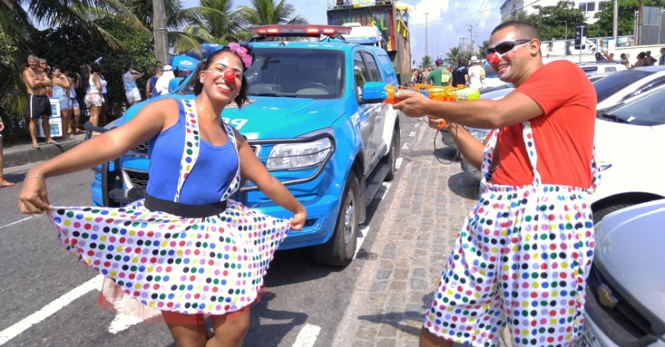 ~6.fev.2016 - Casal de foliões  curte o bloco Carrossel de Emoções, na Barra da Tijuca, durante o Carnaval do Rio de Janeiro