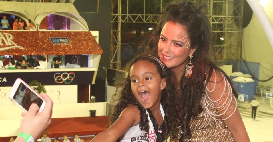 Irmã de Zezé Di Camargo, Luciele di Camargo leva a filha para ver o desfile das campeãs do Carnaval do Rio. A Imperatriz, que homenageou a dupla Zezé di Camargo e Luciano, será a primeira escola a desfilar na Avenida