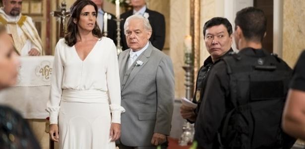 Rebeca (Malu Mader) observa a polícia anunciar a prisão de Pedro (Othon Bastos) no momento de seu casamento - Cesar Alves/TV Globo