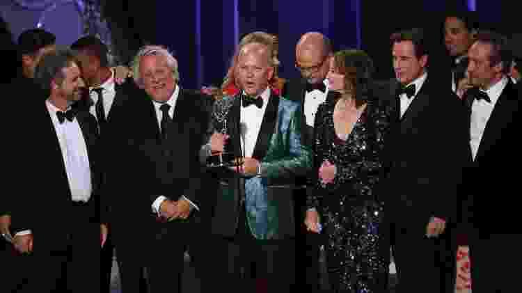 "Ryan Murphy (no centro) recebe Emmy por ""American Crime Story"" - REUTERS/Mike Blake - REUTERS/Mike Blake"