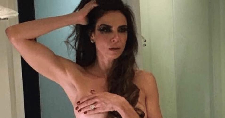 16.fev.2017 - Luciana Gimenez se prepara para o Baile de Carnaval da Vogue, no hotel Unique, em São Paulo