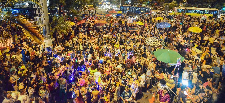 """22.fev.2017 - Bloco """"Chama o Síndico"""" arrasta milhares de foliões pela Avenida Afonso Pena durante a abertura do Carnaval em Belo Horizonte - Uarlen Valério/O Tempo/Estadão Conteúdo"""