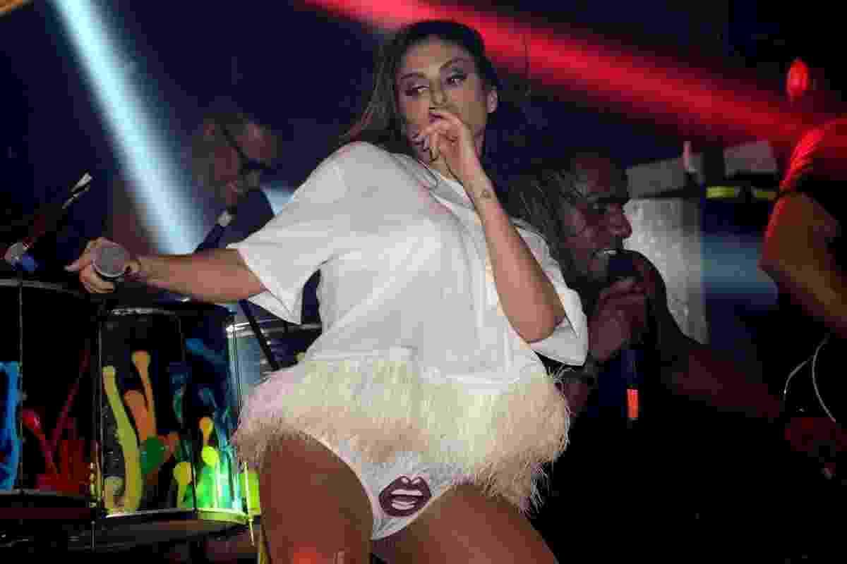 Com as pernas de fora, Alinne Rosa faz show no camarote Harém, em Salvador - AgNews