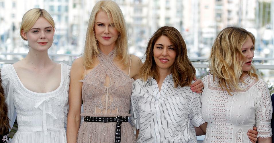 """O elenco do filme """"O Estranho que Nós Amamos"""", com Elle Fanning, Nicole Kidman e Kirsten Dunstand com a diretora Sofia Coppola"""