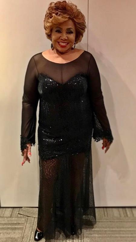 """Alcione escolheu um vestido transparente para participar do quadro Ding Dong do """"Domingão do Faustão"""" - Reprodução/Instagram/alcioneamarrom"""