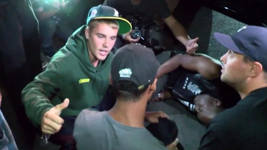 Justin Bieber ao lado de fotógrafo que ele atingiu acidentalmente com sua caminhonete - Reprodução/Twitter
