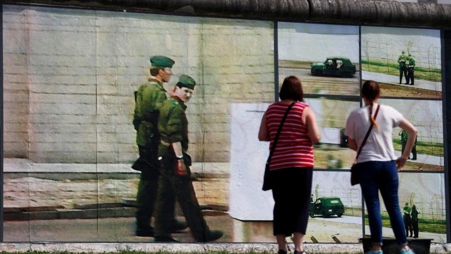 """Imagem da exibição """"Beyond The Wall"""" - Hannibal Hanschke/Reuters"""