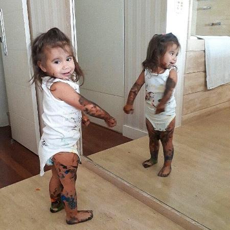 Maria Flor, filha de Deborah Secco e Hugo Moura, toda suja de tinta - Reprodução/Instagram