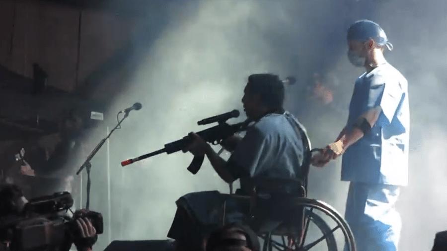 Marilyn Manson usa um rifle de mentira em show nos EUA - Reprodução