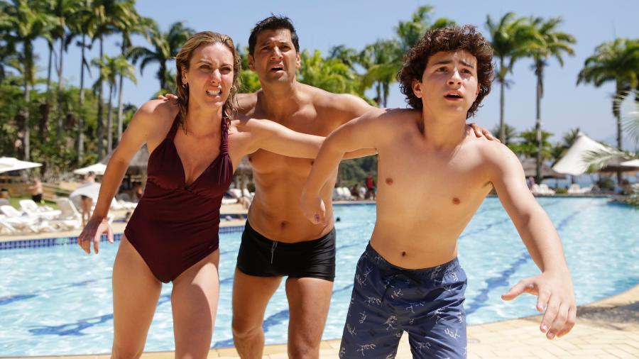 "Jonathan (Gil Hernandez), Elisa (Deborah Khalume) e o filho Uri (Fhelipe Gomes) são surpreendidos por um tsunami em ""Apocalipse"" - Munir Chatack/Record TV"