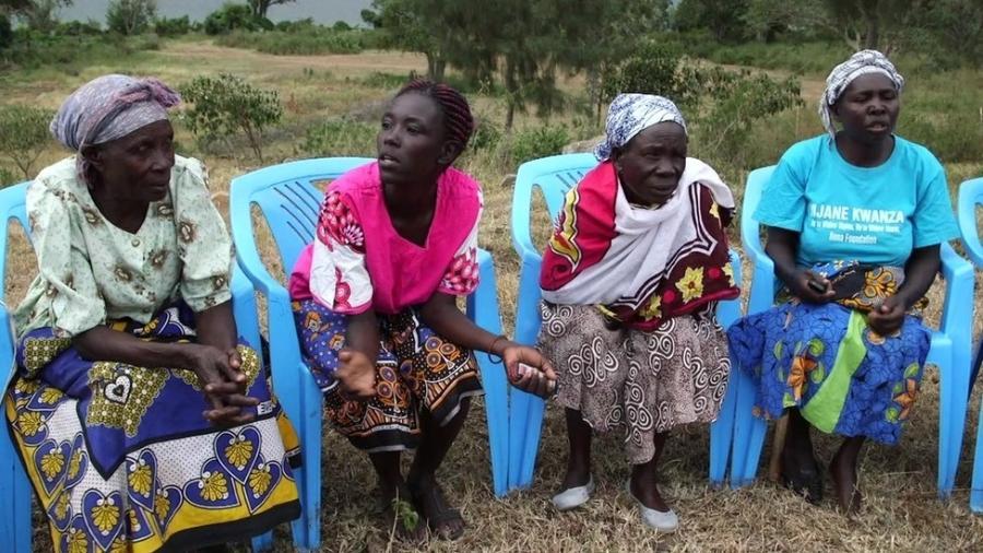 """Grupo de mulheres se reúne contra tradição que prevê """"purificação"""" sexual para viúvas - Reprodução/BBC"""
