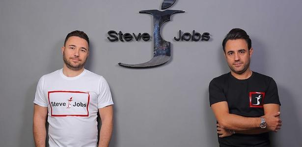 Grife de moda masculina italiana leva o nome de Steve Jobs e tem uma letra jota com uma mordida como logo