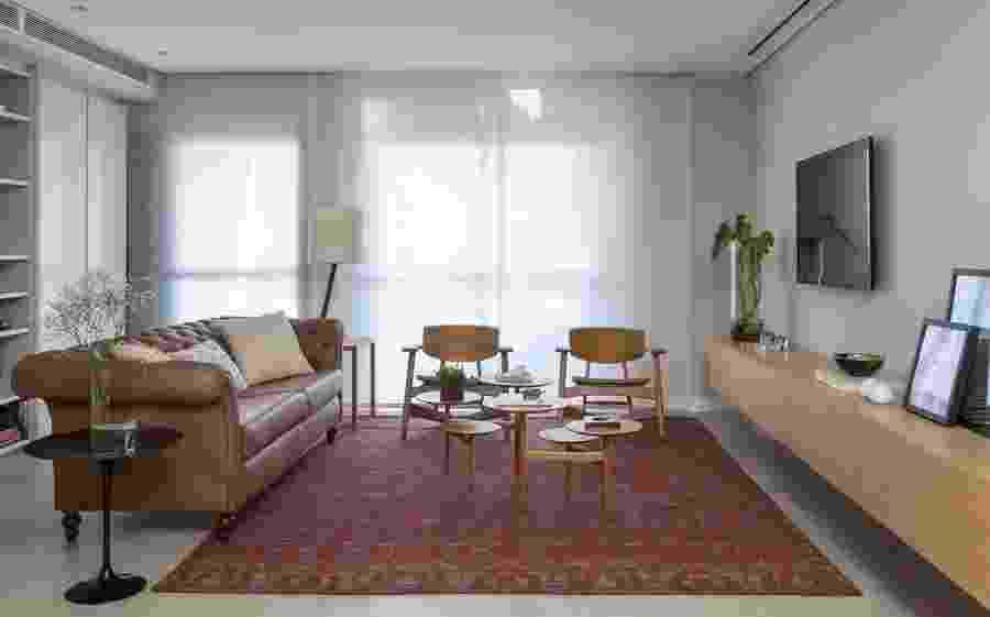 Com 100 m², este apartamento na zona sul de São Paulo passou por uma reforma completa comandada por Ana Yoshida. Além da retirada de paredes entre as salas e cozinha, a arquiteta mudou revestimentos e a apostou em uma decoração contemporânea e leve. Pouco usado, o terceiro dormitório foi demolido para que a sala crescesse de tamanho - Evelyn Müller/Divulgação