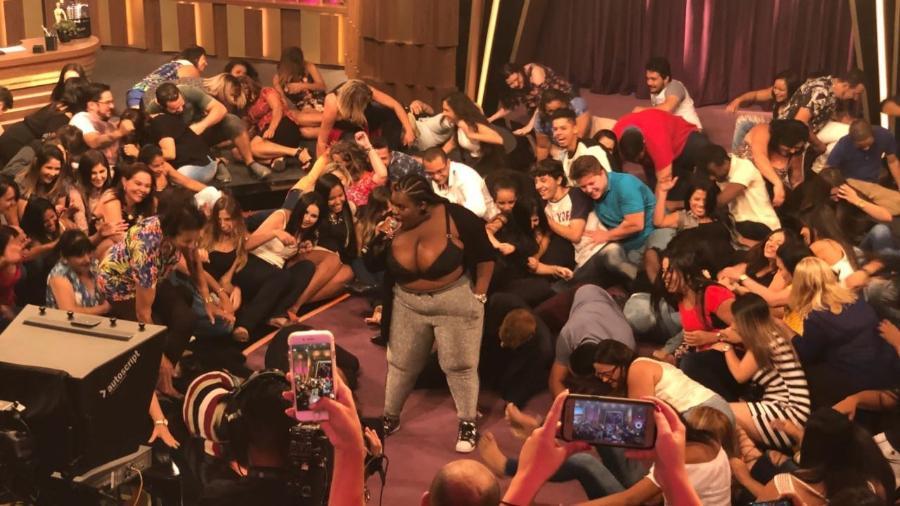"""Plateia do Programa do Porchat se joga no chão ao som de """"Que tiro foi esse?"""" - Guilherme Machado / UOL"""