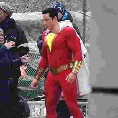 Zachary Levi é flagrado com uniforme de Shazam durante filmagens em Toronto - Reprodução/Twitter