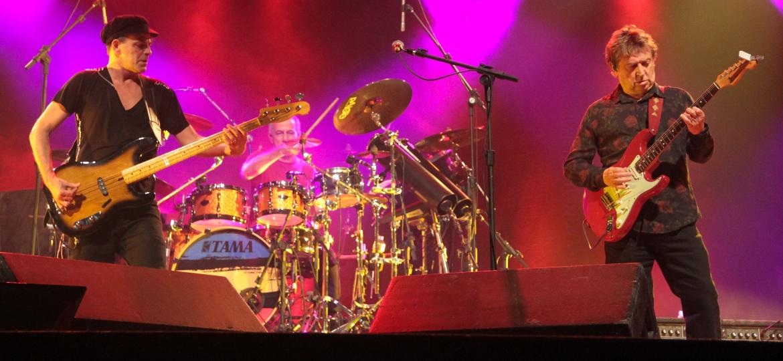 Rodrigo Santos (baixo e voz), João Barone (bateria) e Andy Summers (guitarra) - Junior Careca /Fotoarena/Folhapress