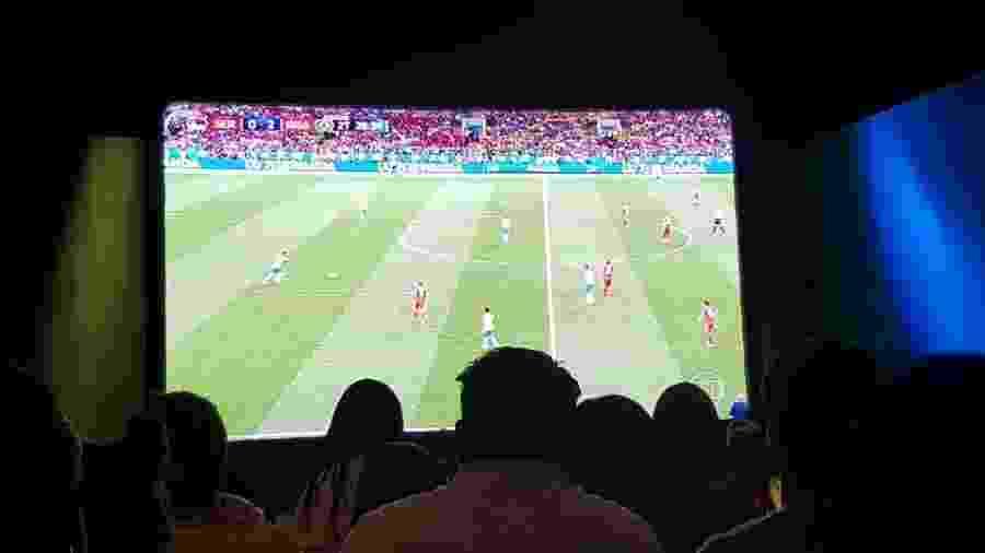 Funcionários do SBT assistem ao jogo entre Brasil x Sérvia na Globo - Reprodução/Facebook