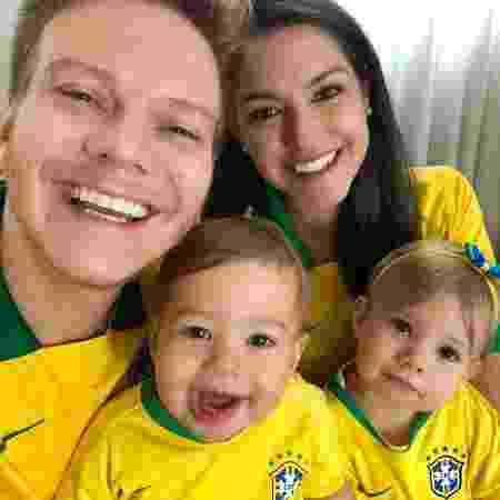 Michel Teló e Thais Fersoza posam com Melinda e Teodoro - Reprodução/Instagram