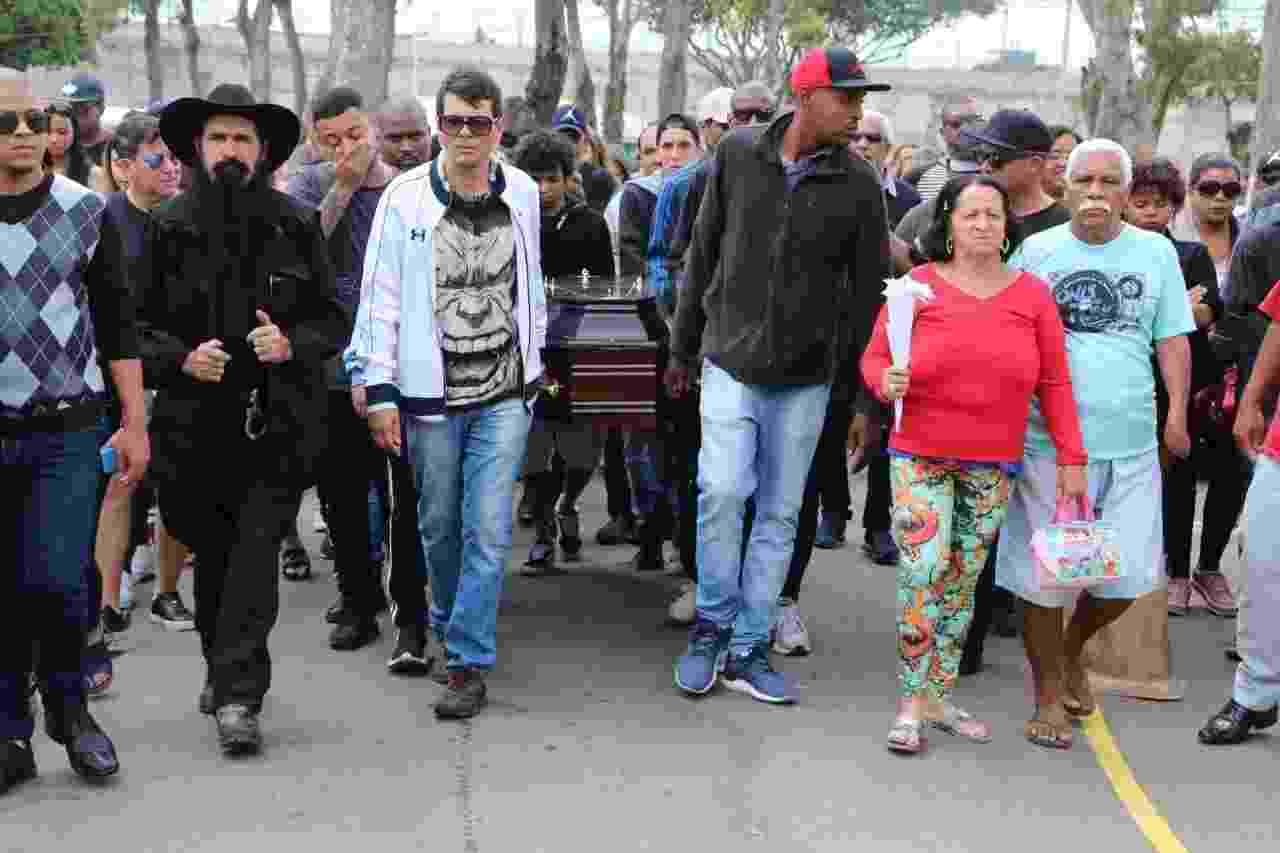 Caixão é carregado por familiares e amigos de Mr. Catra no Rio - Daniel Pinheiro/AgNews