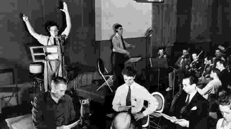 Imagem do estúdio, com orquestra - Bettmann/Corbis - Bettmann/Corbis