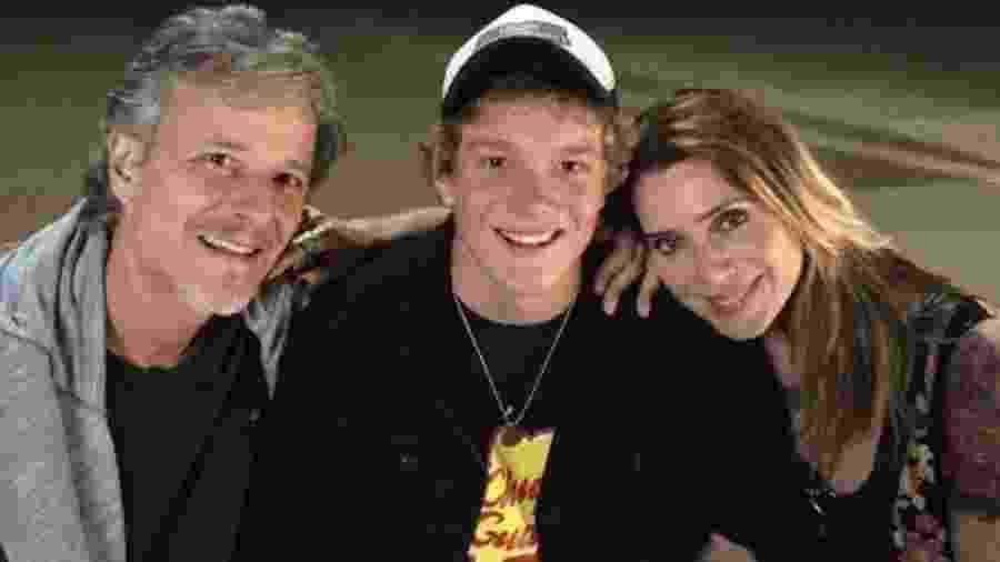 """Pedro Novaes com os pais, Marcello Novaes e Letícia Spiller, nos bastidores da novela """"Sol Nascente"""" - Reprodução/Instagram"""