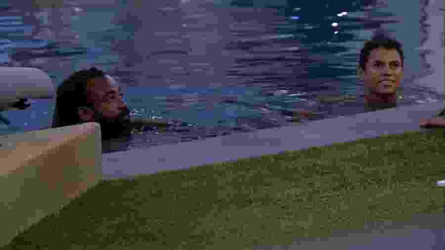 Rodrigo e Danrley conversam na piscina - Reprodução/GloboPlay