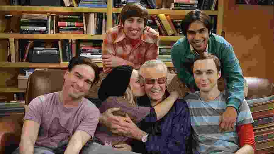 """Elenco de """"The Big Bang Theory"""" posa com o quadrinista Stan Lee (1922-2018) - Reprodução"""