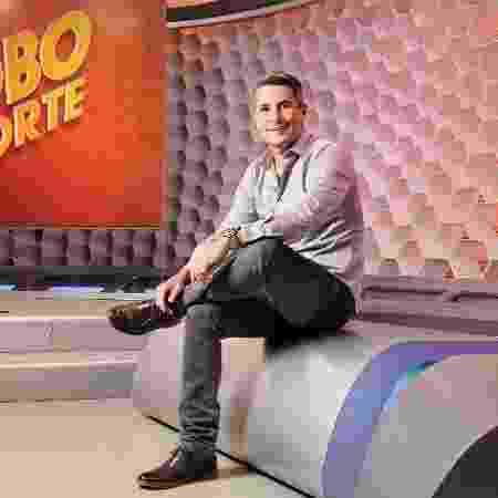 "Ivan Moré no estúdio do ""Globo Esporte"", em 2015 - Ramón Vasconcelos/TV Globo"