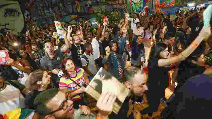 7.set.2019 - Manifestantes lotaram a Bienal do Rio em protesto contra o prefeito Marcelo Crivella, que mandou fiscais recolherem HQs que traziam a imagem de um beijo gay - Marcelo de Jesus/UOL