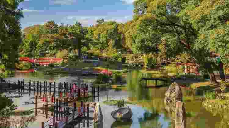 Lago com carpas e pontes de estilo nipônico são atração no Jardin Japonés  - Ente de Turismo de la Ciudad de Buenos Aires/Divulgação