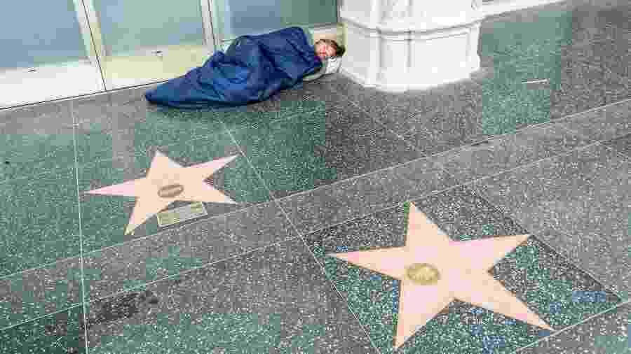 Sem teto dorme na Calçada da Fama, um dos principais pontos turísticos de Los Angeles - AlizadaStudios/iStock