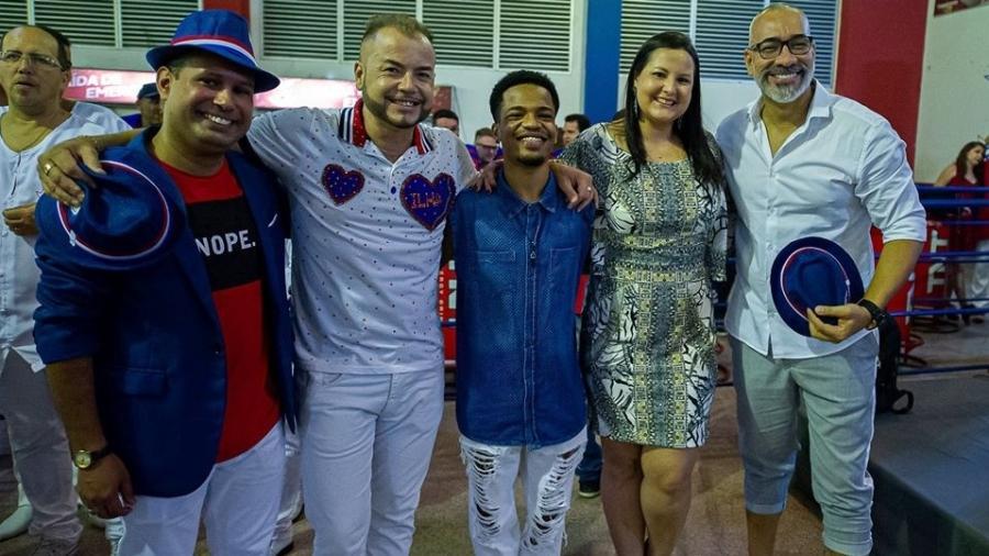 Cahe Rodrigues (à direita), posa para foto ao lado de integrantes da Comissão de Carnaval da União Ilha - Paula Reis (divulgação)