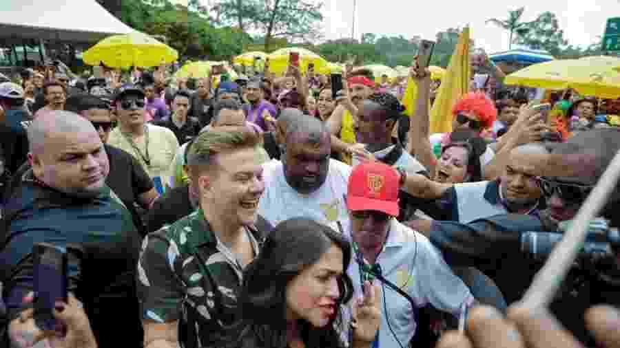 Michel Teló chega com a mulher Thais Fersoza no bloco Bem Sertanejo - Marcelo Justo/UOL