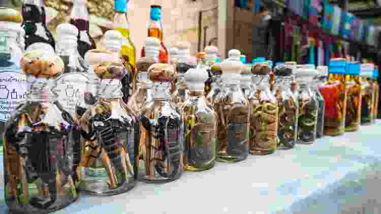 Lembra das garrafas com cobras e escorpiões? Novos drinques apostam em infusões também bastante exóticas - Getty Images - Getty Images