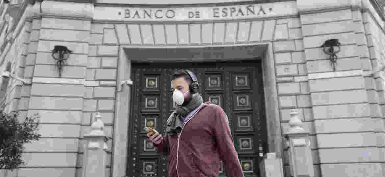 """14.03.2020 - Apenas quando o número de infectados e mortos tornou-se assustador, """"caiu a ficha"""" dos moradores de Barcelona - Nacho Doce/Reuters"""